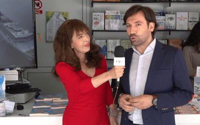 David Gallego, autor del GuíaBurros: Seguros, entrevistado en la Feria del Libro